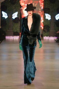 Istanbul Fashion Week, tendenze cult per l'Autunno Inverno 2015/2016 | Tailleur pavone di velluto con stola di pelliccia Hakan Akkaya | FOTO