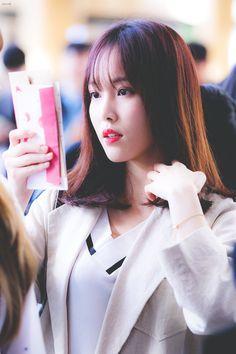 Gfriend-Yuju 181008 Gimpo Airport to Japan South Korean Girls, Korean Girl Groups, Voice Type, Gfriend Yuju, Kim Ye Won, G Friend, Kpop, Girlfriends, Asian Girl