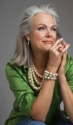 Love the green with the pearls! And the silver hair. Stylish women with grey hair look confident and effortless showing that age is just a number. Advanced Style, Ageless Beauty, Aging Gracefully, Grey Hair, White Hair, Short Hair Styles, Hair Makeup, Hair Beauty, Stylish Hairstyles
