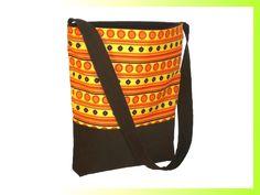 Stabiler Shopper aus Baumwollcanvas im Hippiestyle in Orange, Rot und Braun. Die Tasche bietet bequem Platz für einen Aktenordner. Das Innenfutter ist