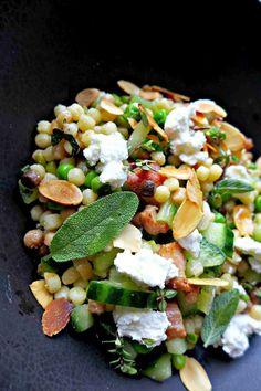 Salade de fregola sarda aux petits pois, poitrine fumée et citron confit.