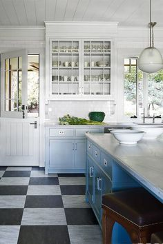 24 Stylish Kitchen Island Ideas for Minimalist House Getting the right kitchen island for a minimalist house can be a challenge. To help you, we have four stylish kitchen island ideas for minimalist house. Kitchen Floor Plans, Kitchen Flooring, Kitchen Countertops, Quartzite Countertops, Two Tone Kitchen Cabinets, Painting Kitchen Cabinets, Upper Cabinets, Blue Cabinets, Best Kitchen Designs