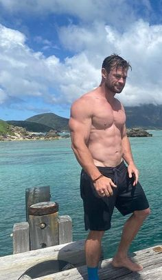 Chris Hemsworth Movies, Chris Hemsworth Shirtless, Hemsworth Brothers, Abs Boys, Scruffy Men, Hot Hunks, Hot Actors, Muscular Men, Poses