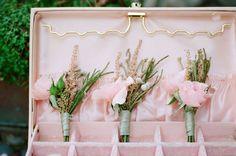 Boutonnières roses - #mariage #bouquet #boutonniere #boutonnieremarie #inspirationmariage #fleurs #wedding #weddingideas #weddinginspiration #flowers #bouquet #buttonhole #groombuttonhole  #romantic