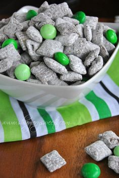 Thin Mint Puppy chow: this recipe for puppy chow tastes like the popular Thin Mint Cookies. Also includes recipes for cherry vanilla puppy chow, dark chocolate mint cookies, and chocolate peppermint cheesecake. Yummy Treats, Delicious Desserts, Sweet Treats, Yummy Food, Dessert Healthy, Mint Desserts, Dog Treats, Snack Recipes, Dessert Recipes