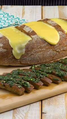 Drei Käse Brot & köstliches Ofenbrot Delicious stuffed oven-bread & the perfect Ingredients and recipe: www.leckerschmeck & bake The post Three cheese breads & delicious oven bread appeared first on Pink Unicorn. Tasty Videos, Food Videos, Appetizer Recipes, Dessert Recipes, Bread Appetizers, Good Food, Yummy Food, Cheese Bread, Party Snacks