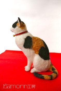 羊毛フェルト 新作情報 三毛猫|morin工房ー羊毛フェルト人形作家. Sitting calico cat.