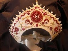 Tutorial on how to make a kokoshnik. A variation of this which ties in the back could make a very pretty headdress or wedding crown if decorated with pearls and brilliants. Ballet Costumes, Dance Costumes, Larp, Russian Wedding, Russian Fashion, Russian Style, Russian Folk, Thinking Day, Vintage Mode