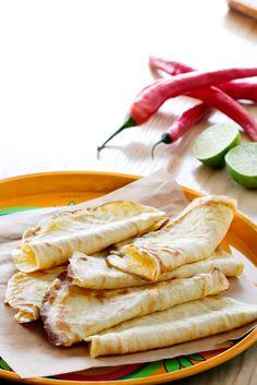 Tortilla är ju så gott och fyllningarna går att variera så oändligt. Dessa LCHF-vänliga tortilla-bröd är löjligt lätta att baka själv.