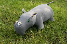 Dieses süße Stofftier ist nicht so schwer zu nähen wie es aussieht. Möchtet Ihr es auch probieren? Hier gehts zum Schnittmuster: http://www.naehen-schneidern...