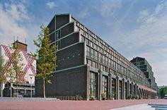 AquaArtis, dit woongebouw aan het Entrepotdok  is gebouwd op de plaats van een voormalige kolenopslag, In het getrapt terugwijkende gebouw zijn 110 woningen ondergebracht, uiteenlopend van atelierwoningen tot penthouses.