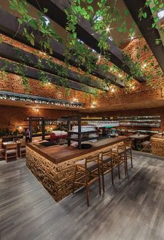 50 Friends (Mexiko), amerikanisches Restaurant / CheremSerrano Arquitectos www. 50 Friends (Mexiko), amerikanisches Restaurant / CheremSerrano Arquitectos www. Decoration Restaurant, Deco Restaurant, Restaurant Lighting, Restaurant Interior Design, Terrace Restaurant, Restaurant Ideas, Wooden Table Restaurant, The Roof Restaurant, Stone Restaurant