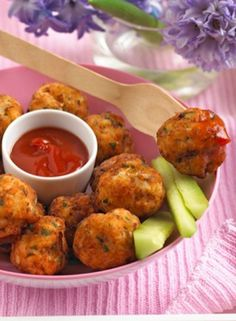These chicken & apple balls are the perfect toddler finger food, delicious hot or cold. These little balls make perfect finger food. The grated apple adds a delicious flavour which makes them appealing to young children. Delicious hot or cold. Healthy Recipes, Healthy Snacks For Kids, Baby Food Recipes, Cooking Recipes, Kid Recipes, Recipes For Fussy Kids, Recipies, Nutella Brownies, Chicken Recipes