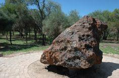 """Meteorito - Campo del Cielo- Chaco. El primero reconocido como tal fue el meteorito de 4,2 toneladas extraído en 1923 y denominado """"El Toba"""". Dos años más tarde se obtendría """"El Mocoví"""", cuyo peso alcanza los 732 kilogramos. A partir de entonces, otros tantos meteoritos fueron desenterrados encontrándose entre ellos ejemplares destacables como """"El Hacha"""" (2,5tn), """"El Tonocote"""" (850Kg.), """"El Abipón"""" (460Kg.), """"El Mataco"""" (990Kg.), """"El Taco"""" (2tn.)"""