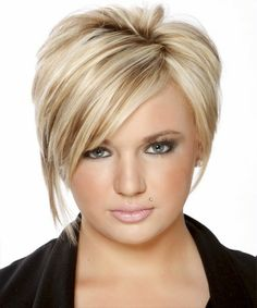 coupe courte femme blonde asymétrique avec frange latérale et front partiellement dégagé
