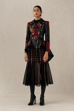 Alexander McQueen Pre-Fall 2018 collection, runway looks, beauty, models, and reviews.