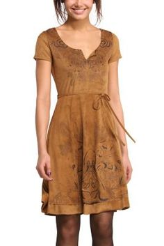 This brown dress has an understated, fall design with prints featuring motifs from nature. It has short sleeves, a round neck with a slit, and a belt that highlights the waist. Fall in love with fall!