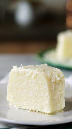 Aprenda a fazer uma receita fácil e deliciosa de cuscuz de tapioca com apenas 5 ingredientes! Easy Cake Recipes, Sweet Recipes, Köstliche Desserts, Dessert Recipes, Couscous Recipes, Salty Cake, Savoury Cake, Food Cakes, Clean Eating Snacks