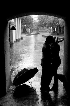 Engagement picture in the rain rainy day shoot зонты, идеи д Rainy Engagement Photos, Engagement Shots, Engagement Pictures, Wedding Pictures, Rain Wedding Photos, Rain Photography, Couple Photography, Wedding Photography, Rainy Day Photos