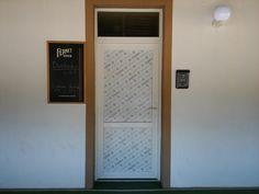 Tlač a polep dverí   #tlač #nálepka #výklad #samolepka #dvere Creative Advertising, Bratislava, Lettering, Drawing Letters, Brush Lettering