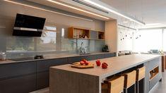 Bydlení 2021: Nové trendy, barvy a technologie Trendy, Kitchen Island, Table, Furniture, Home Decor, Technology, Minimalism, Island Kitchen, Decoration Home