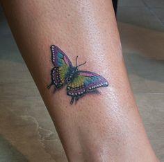Tatuaje a color con una mariposa. Realizado por Yarda en ZUK Tattoo Piercing de Lleida.