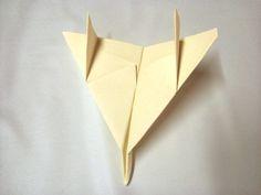 Não existem limites para as dobraduras de papel. A seguir ensinamos como fazer outro modelo de avião, que voa direitinho. Aviões de papel…