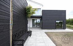 Hvidmalet murværk og sort træ