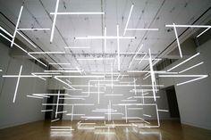 L'installazione degli artisti visivi Etta Lilienthal and Ben Zamora, al Frye Art Museum in Seattle, rappresenta un labirinto sospeso costruito da 200 lampade fluorescenti in varie configurazioni. La costruzione sospesa consente al visitatore di muoversi nello spazio, in un continuo cambio di percezioni e ritmi luminosi.