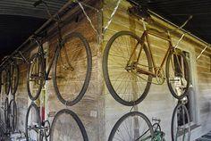 veranda paredes tapizadas de viejas bicicletas.