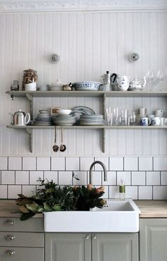 Whether your kitchen is modern or traditional look, there is an endless option for your kitchen backsplash ideas to match it. The kitchen backsplash is a must, functionally and aesthetically Country Kitchen, New Kitchen, Kitchen Dining, Kitchen Decor, Kitchen Sink, Awesome Kitchen, Green Kitchen, Home Interior, Kitchen Interior