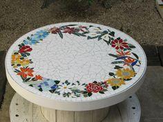 Bobina que vira mesinha, mais linda ainda com esse mosaico de tampo!
