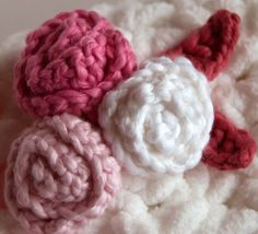 Simple Rosettes and Leaves - free pattern to help add that perfect touch to any project! #crochet