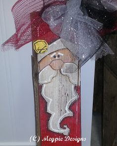 Find out how to make a Santa Claus out of wood. This Wooden Santa Claus is an ingenious way to use up any old barn wood. Scan through these craft instructions to find out how far a little paint and sealer will take you. Christmas Wood Crafts, Santa Crafts, Primitive Christmas, Christmas Signs, Christmas Art, Christmas Projects, Holiday Crafts, Christmas Decorations, Christmas Ornaments