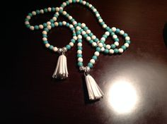 Japamala y brazalete tibetana de turquesas con Howlita blancas con borlas blancas para mujeres y hombres