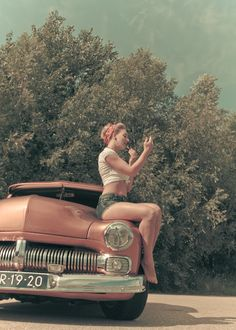 Pin up photography. Model: Madeleine de Jong-Wiegmans Photography: ill graff design Make-up hair: Visagie by Edith Remmen Car: Wheel Janssen #pin-up #50s #retro