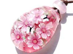 桜とモンシロチョウのペンダントです。 サイズ;縦3.35cm×横2.3cm×厚さ1.6cm素材;ガラス ワックスコードでお仕立てしてい...|ハンドメイド、手作り、手仕事品の通販・販売・購入ならCreema。