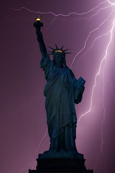 Freiheitsstatue / Statue of Liberty / Lady Liberty / Liberty Island - Manhattan, New York / Vereinigte Staaten von Amerika / United States of America / USA Tornados, Thunderstorms, Cool Pictures, Cool Photos, Beautiful Pictures, Gustave Eiffel, Lightning Strikes, Lightning Pics, Lightning Storms