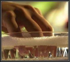 Faites tremper vos ongles dans une solution d'eau et de vinaigre blanc avant d'appliquer le vernis à ongles.