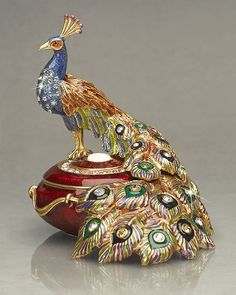 Peacock jewelry box by Jay Strongwater. How graceful the peacock looks and nice colors. Peacock Decor, Peacock Colors, Peacock Art, Peacock Eggs, Peacock Bedroom, Peacock Design, Jewellery Boxes, Jewelry Box, Jewelery