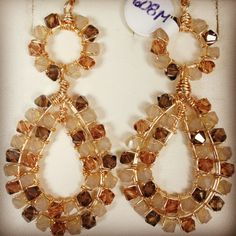 Aretes en alambrismo y cristal svarosky Beaded Jewelry Designs, Jewelry Design Earrings, Star Jewelry, Bead Jewellery, Gems Jewelry, Wire Jewelry, Bridal Jewelry, Jewelry Crafts, Jewelery