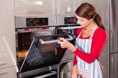 Το καθάρισμα του φούρνου είναι απ' τις αναγκαίες αλλά δύσκολες υποχρεώσεις των νοικοκυρών.Ένας απλός κι εύκολος τρόπος για ν' αστράφτει, είναι και ο ακόλουθος: ανάψτε το φούρνο και τοποθετήστε τη σχάρα στη μεσαία θέση. Βάλτε πάνω της ένα μικρό πιατάκι με αμμωνία. Στον πάτο του φούρνου τοποθετήστε μια μικρή κατσαρόλα με βραστό νερό.Κλείστε την πόρτα [...]