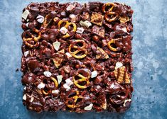 Toffee apple and salted pretzel rocky road Gluten Free Desserts, Delicious Desserts, Dessert Recipes, Banana Blondies, Rocky Road Fudge, Salted Pretzel, Biscuit Sandwich, Stove Top Recipes, No Bake Bars