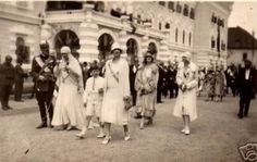Nicolae (Nicky), Maria (Missy), Mihai (prima domnie, 1927 - 1930) și Elena (Sitta). În spate, Elisabeta (Lisaveta) și Ileana. Romanian Royal Family, Queen Anne, Amen, Royalty, Street View, Descendants, Houses, Romans, Gotha