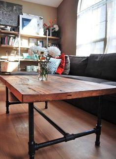 Mesa de madera con patas de tuberia