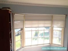 Installation of a dual roller blind on a bay window