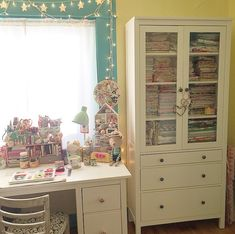 Finally get your sewing room under control - no matter how many works in progress you have. This sewing room organization guide has it ALL! sew einfach clothes crafts for beginners ideas projects room Sewing Room Storage, Sewing Room Organization, Small Space Organization, Craft Room Storage, Craft Rooms, Small Sewing Rooms, Rearranging Furniture, My Workspace, Organize Fabric