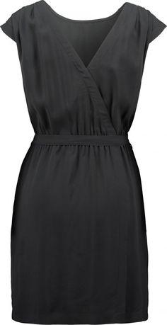 """Kleider, die einen kleinen Bauch kaschieren  Schwarz, V-Ausschnitt, Wickeloptik, betonte Taille: Dieses Kleid bekommt von uns das Prädikat """"besonderer Figurschmeichler"""" verliehen. Von Marc O'Polo über <a href=""""http://td.oo34.net/cl/aaid=jurm8ly8alo672a9&ein=4ri0uvasep3cdy75&paid=rOGYkb5HmLyBYRtd&tt=editorial"""" target=""""_blank"""" rel=""""nofollow"""">About You</a>, um 149 Euro."""
