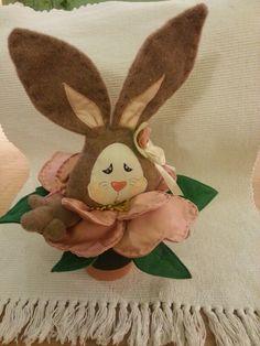 Coniglio che sbuca da un fiore.mia creazione (la bottega di nonna Glo Urbania (P.U.)