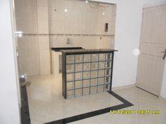 Utilização de blocos de vidro (ou tijolo de vidro) para um balcão. Decoração clean / transparente / translucida.